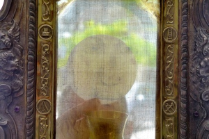 Sacred Host viewed through the Holy Face Veil of Manoppello Photo Paul Badde
