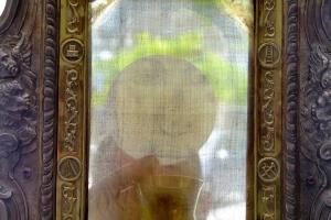 Host Sacro visto attraverso il Volto Santo Velo di Manoppello Foto Paul Badde
