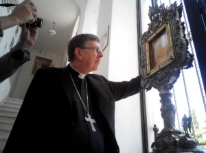 Kurt Cardinal Koch observes the transparency of the Veil of Manoppello. Photo: Paul Badde