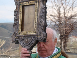 Dom Americo Ciani carrying Veil of the Holy Face of Manoppello in procession, photo: Paul Badde